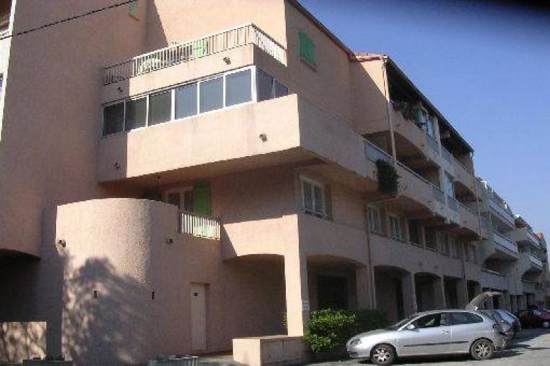 Location de vacances - Appartement à Saint-Aygulf - Immeuble extérieur. Parking extérieur. Sortie face à la mer et les calanques