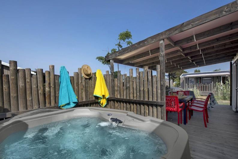 Location de vacances - Camping à Le Château-d'Olonne - mobil home avec jacuzzi privatif sur la terrasse
