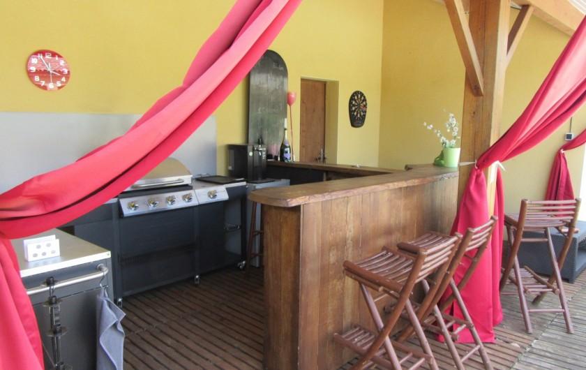 Location de vacances - Villa à Lalbenque - Pool-house avec  2 BBQ (gaz et charbon de bois), Bar, tabouret et salon d'été