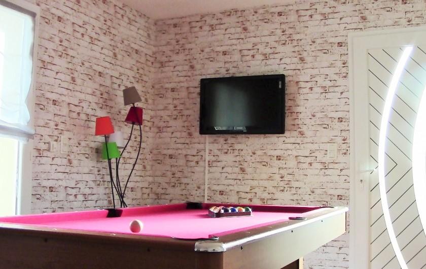 Location de vacances - Villa à Lalbenque - myLOT,salon avec table de billard, entrée et terrasse individuelle