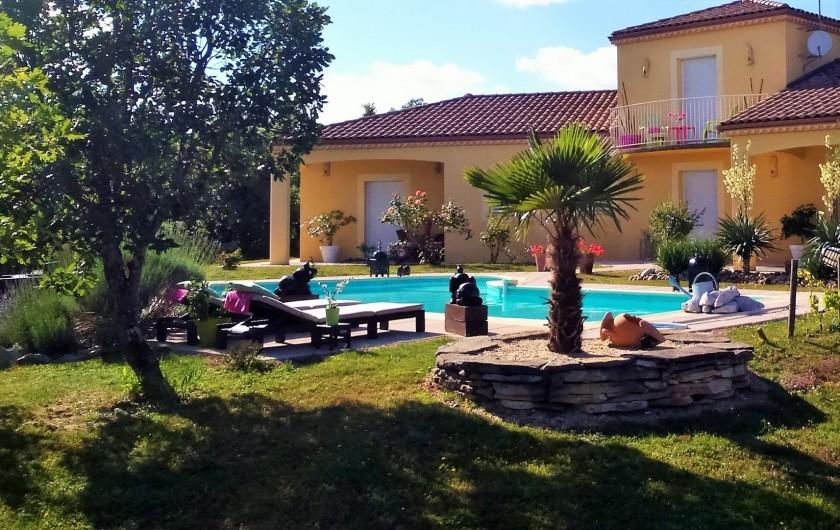 Location de vacances - Villa à Lalbenque - Jardin arboré, avec pelouse sèche du Quercy
