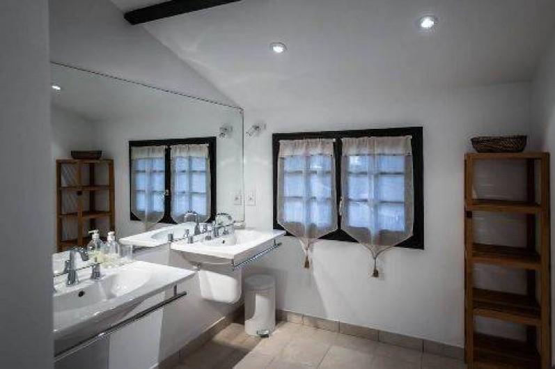 Location de vacances - Villa à Dinard - Salle de bain n°1 Baignoire / Douche