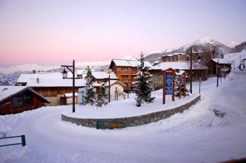 Location de vacances - Chalet à Mâcot-la-Plagne - Vue est. le télécabine et le départ des pistes est juste derrière, à 100 m