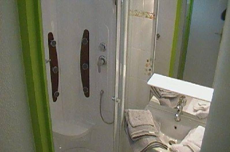 Location de vacances - Gîte à Berck - La salle de bain avec douche à hydromassage.