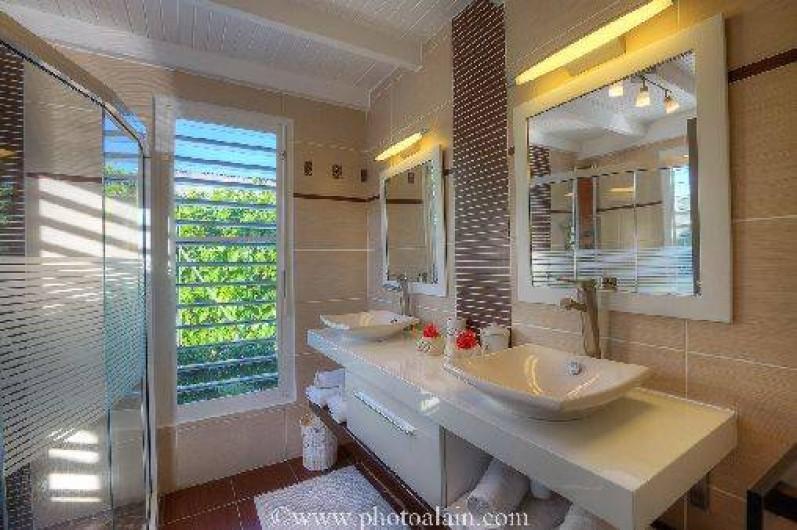 Location de vacances - Villa à Sainte-Anne - Salle d'eau  commune chambre maron et orange
