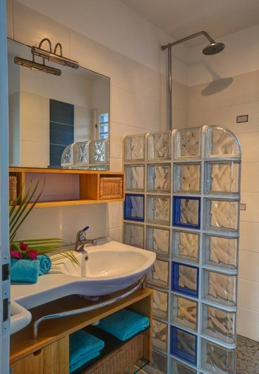 Location de vacances - Villa à Sainte-Anne - salle d'eau chambre bleue