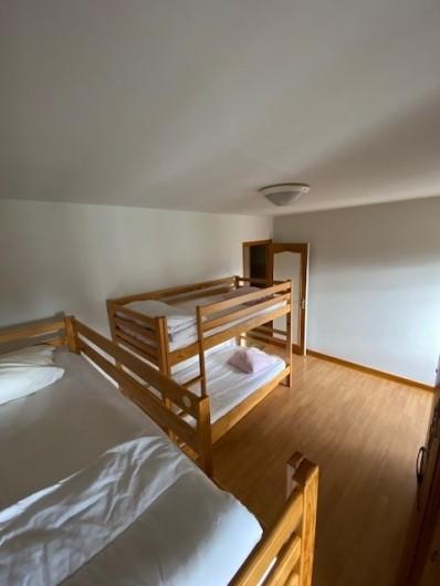 Location de vacances - Appartement à Pontgibaud - chambre 4 : 2 fois 2 lits simples superposés , + 2 lits gigognes