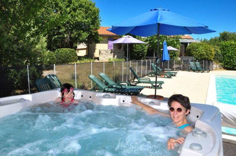 Location de vacances - Hôtel - Auberge à Lavilledieu - jacuzzi exterieur proche piscine