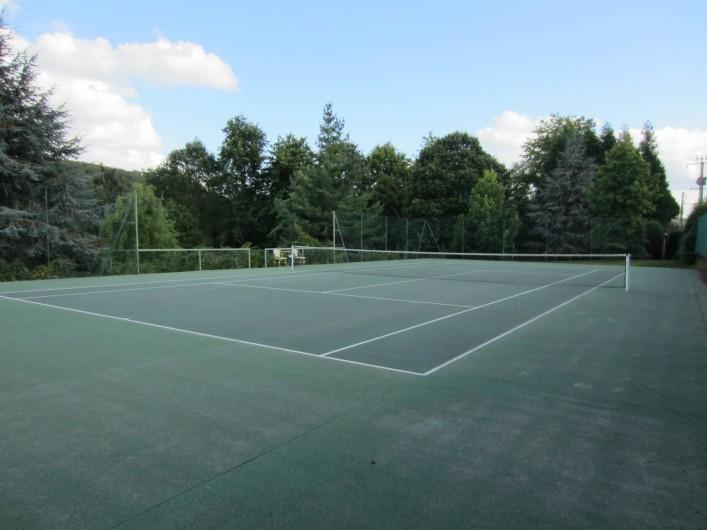 Location de vacances - Appartement à La Rivière-Saint-Sauveur - le tennis est à votre disposition  et fait partie de la propriété