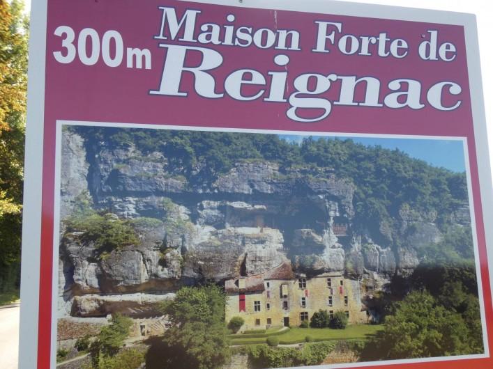 Location de vacances - Gîte à Tursac - notre seul voisin à 300 m La Maison Forte de Reignac, château falaise...