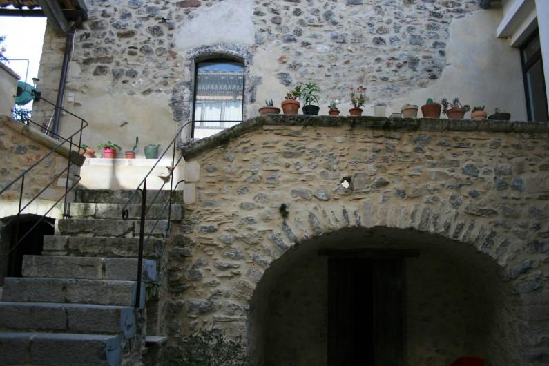 Location de vacances - Mas à Lagorce - escalier descendant aux caves et la cour