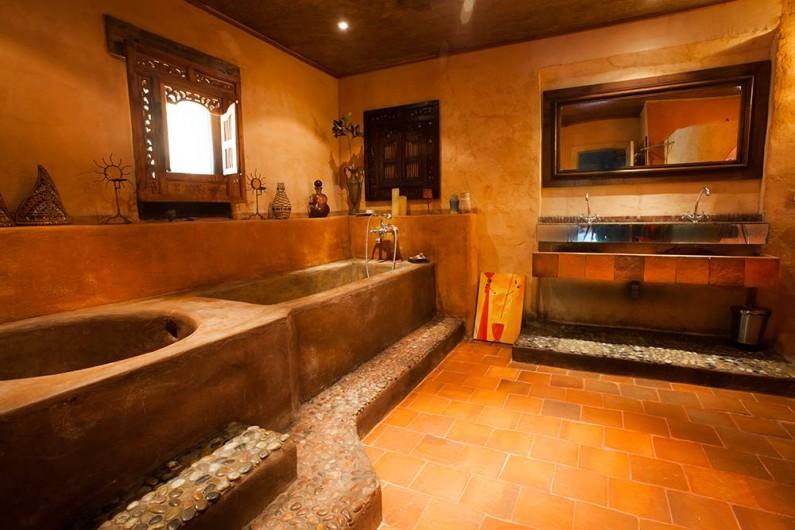 Location de vacances - Villa à Monestier - Notre grande salle de bain, avec 2 baignoires et une douche à l'italienne
