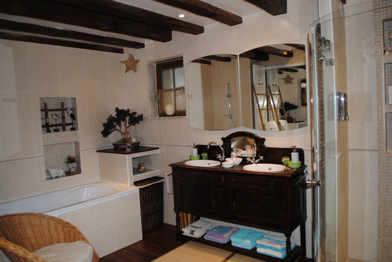 Location de vacances - Chambre d'hôtes à Le Plessis-Grohan - Suite Ô SOLEIL LEVANT Salle de bain baignoire balnéo douche à jets grand format