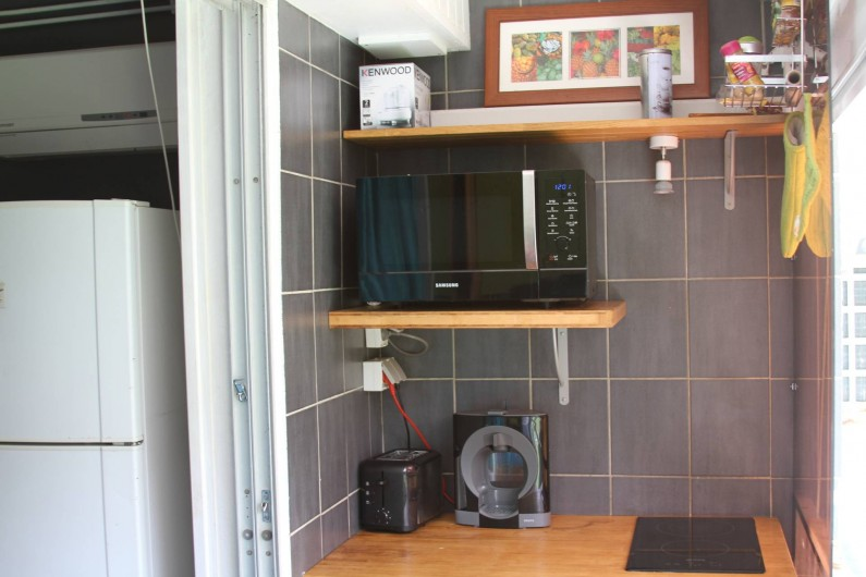 Location de vacances - Studio à Le Moule - Coin cuisine, avec son four micro-onde, sa plaque électrique..