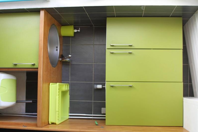Location de vacances - Studio à Le Moule - placard, évier, tout le nécessaire afin de préparer et savourer vos plats