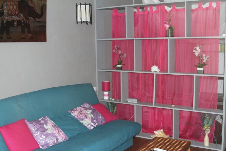 Location de vacances - Studio à Le Moule - Une bibliothèque qui permet également de séparer de l'espace nuit.
