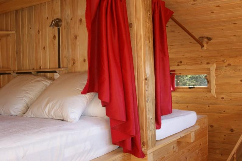 Location de vacances - Cabane dans les arbres à Bellecombe - Couchage à l'étage:  lits de 140, 90 et de 80 (rabattable )