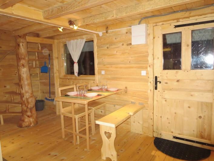 Location de vacances - Cabane dans les arbres à Bellecombe - coin repas avec table (de berger)et banc rabattable + chaises