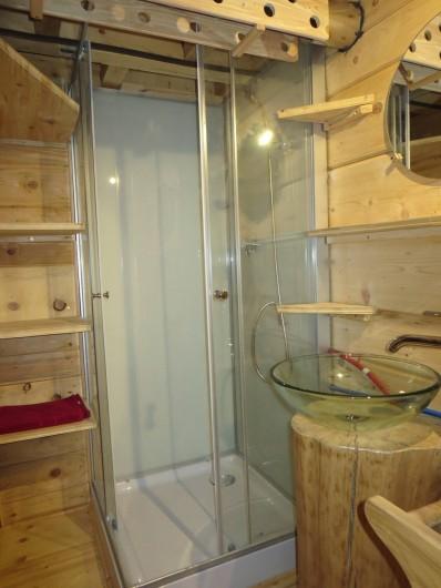 Location de vacances - Cabane dans les arbres à Bellecombe - Cabine de douche et lavabo