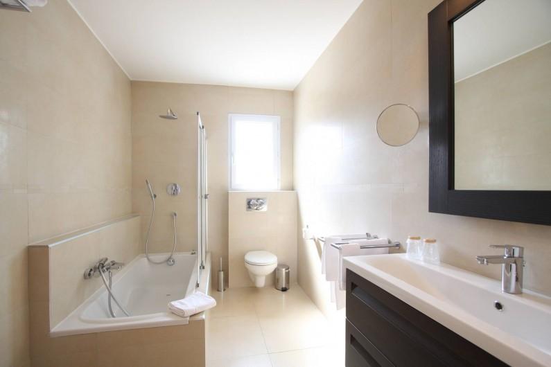 Location de vacances - Villa à Calvi - Salle de bain privative dans chaque chambre avec baignoire ou douche