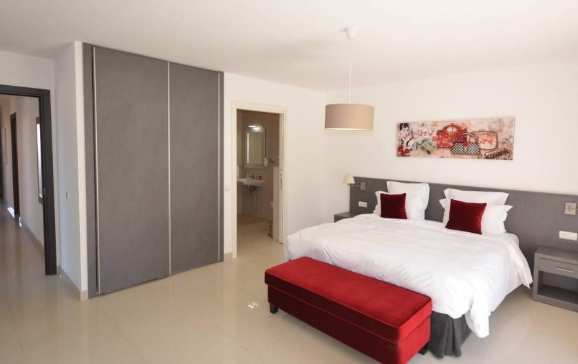 Location de vacances - Villa à Calvi - Chambre spacieuse  avec salle de bain privative attenante