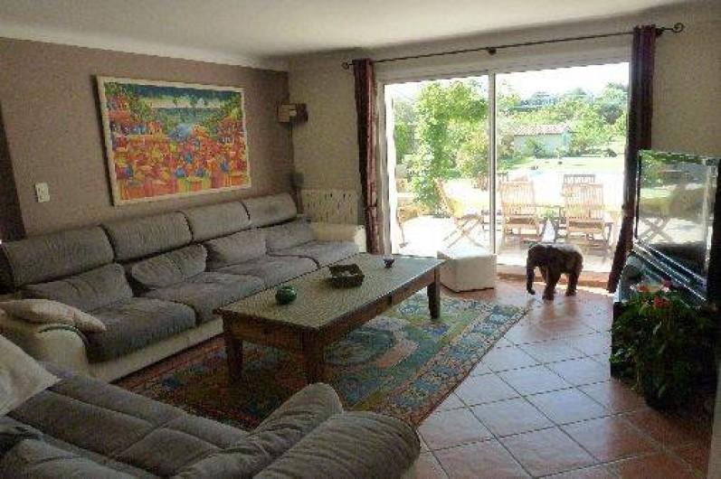 Location de vacances - Villa à Pélissanne - Le salon climatisé  , sa TV Grand écran et home cinéma