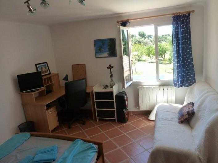 Location de vacances - Villa à Pélissanne - chambre sud est vue sur piscine Lit 140 et 1 canapé lit