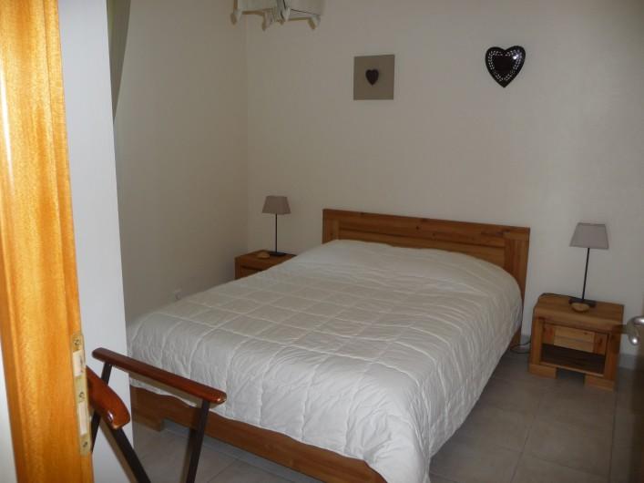 """Location de vacances - Gîte à Labastide-de-Lévis - Chambre 1 """"Cocagne"""" Rez de chaussée"""