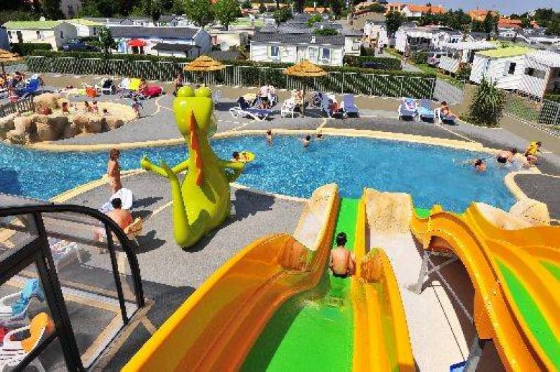 Camping les dinosaures 4 toiles en vend e avec parc for Camping pyrenees atlantique avec piscine