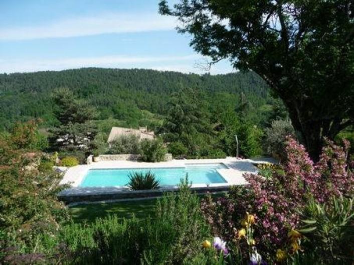 Location de vacances - Appartement à Mercuer - vue de la terrasse sur la piscine