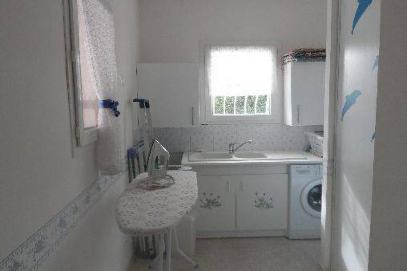 Location de vacances - Villa à Les Issambres - buanderie avec évier, lave linge, table à repasser et rangements