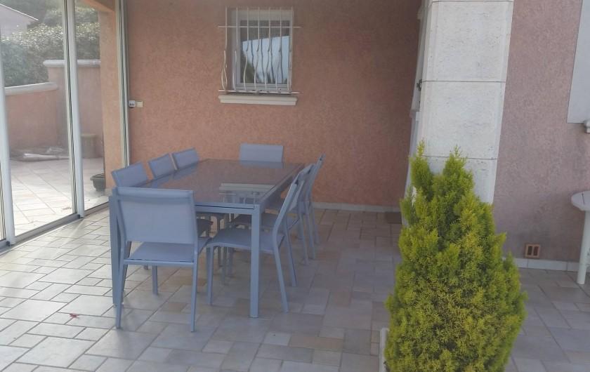 Location de vacances - Villa à Les Issambres - coin repas extérieur protégé accès direct cuisine