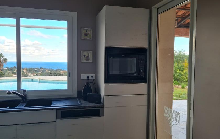 Location de vacances - Villa à Les Issambres - cuisine accès buanderie et coin repas extérieur