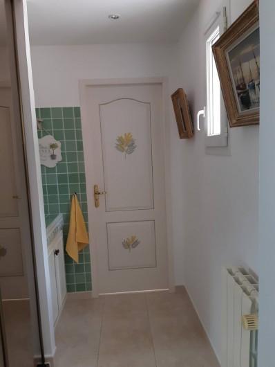 Location de vacances - Villa à Les Issambres - coin lavabo, wc, grande penderie