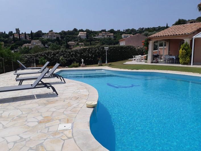 Location de vacances - Villa à Les Issambres - grande terrasse autour de la piscine fermée par clôture amovible côté villa