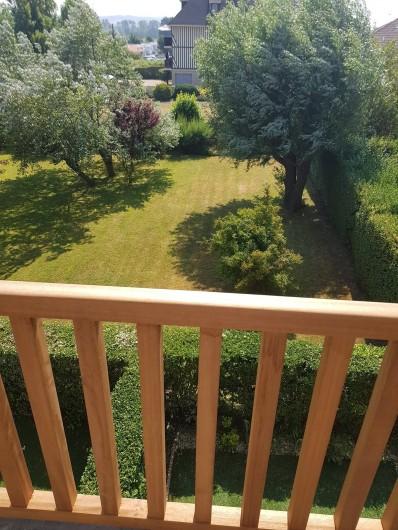 Location de vacances - Appartement à Blonville-sur-Mer - Balcon donnant vers un jardin commun et vue latérale vers la mer