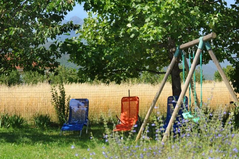 Location de vacances - Gîte à Rigarda - la balançoire  dans le jardin clos