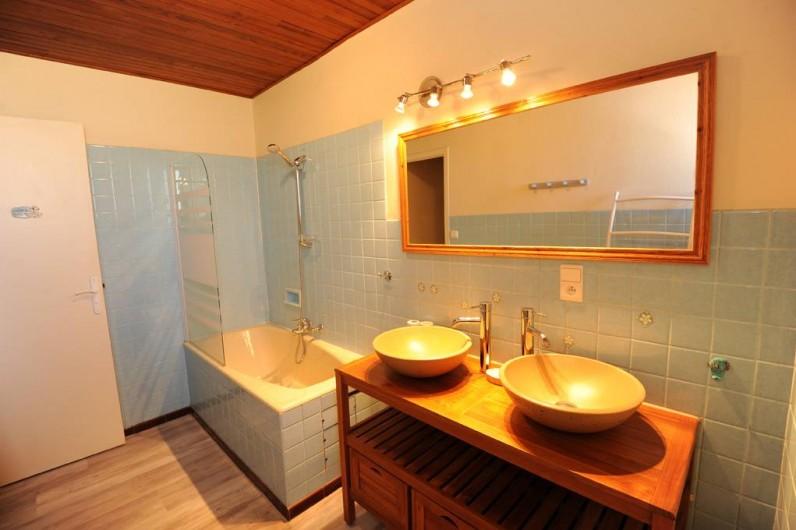 Location de vacances - Gîte à Rigarda - la salle de bain 1er étage