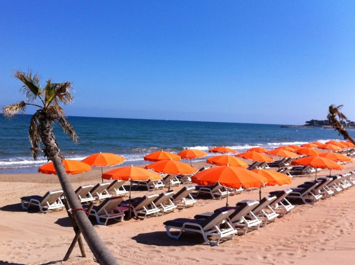 Location de vacances - Appartement à Saint-Aygulf - Une mer d'un bleu irréel et de grandes plages de sable.