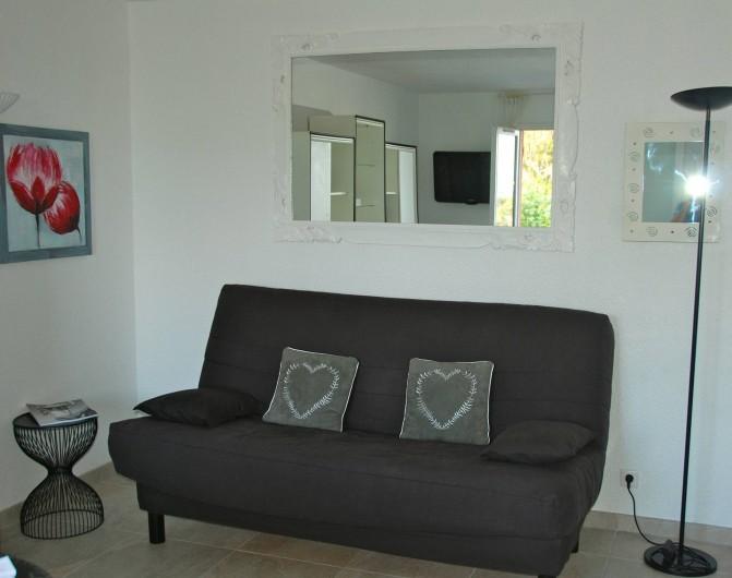 Location de vacances - Appartement à Saint-Aygulf - un canapé confortable...