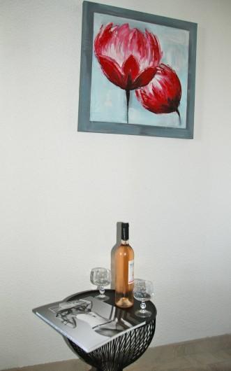 Location de vacances - Appartement à Saint-Aygulf - une bonne bouteille de vin du VAR
