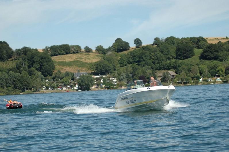 Location de vacances - Camping à Salles-Curan - bateau, ski nautique, bouée tractée sur lac de Pareloup au Camping Beau-Rivage
