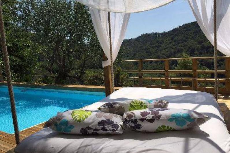 Location de vacances - Maison - Villa à Nice - Seuls au monde sur le bed suspendu