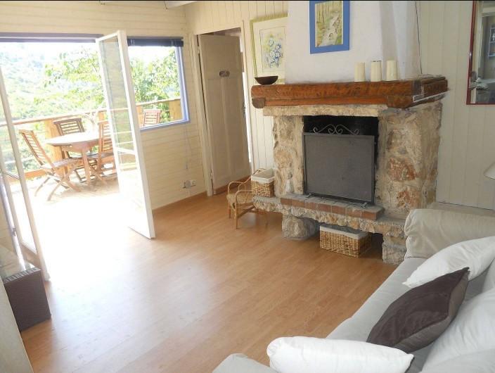 Location de vacances - Maison - Villa à Nice - Le salon donnant sur une vue entièrement dégagée sur la colline