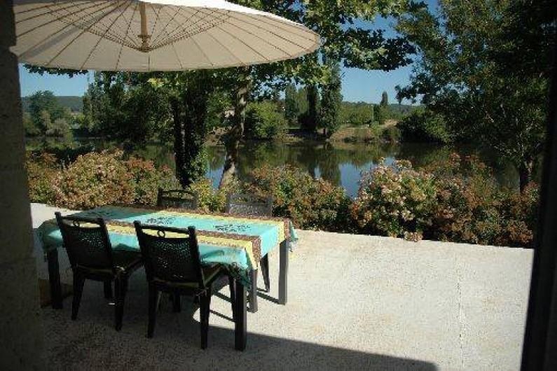 Location de vacances - Gîte à Badefols-sur-Dordogne - Grande terrasse donnant sur la Dordogne