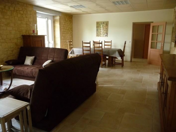 Location de vacances - Gîte à Badefols-sur-Dordogne - Salon salle à manger de LA LONGERE