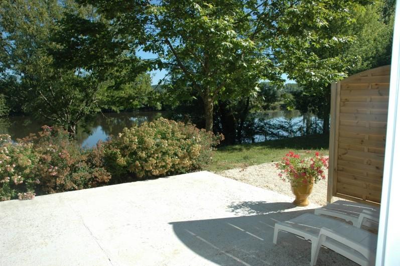 Location de vacances - Gîte à Badefols-sur-Dordogne - Autre bout de la terrasse côté de LA TOUR