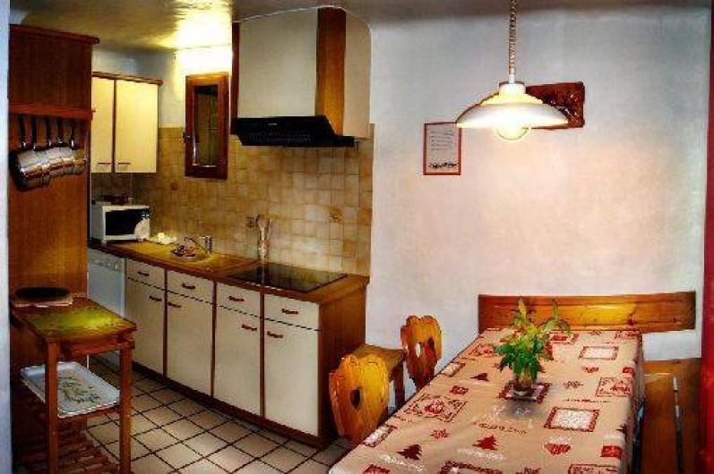 Location de vacances - Chalet à Champagny-en-Vanoise -  cuisine ouverte sur le coni repas et la pièce séjour