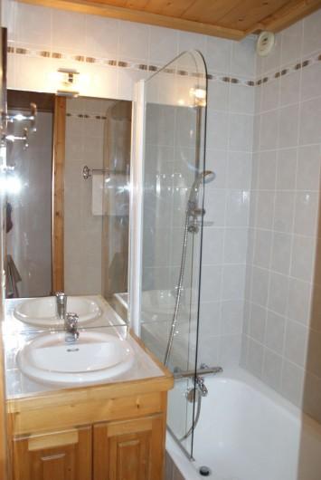 Location de vacances - Appartement à Méribel - Fougères 1 - Salle de bain dans chambre lit double