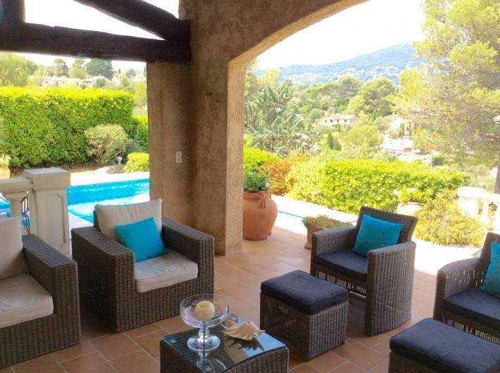 Location de vacances - Villa à Peymeinade - terrasse couverte